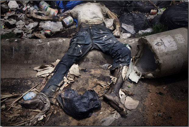 The body of a dead militia soldier lies in the street of the upscale suburb Cocody. Photo by Stefano de Luigi