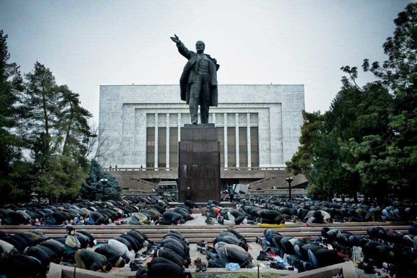 Bishkek,During Eid ul-Fitr, several thousand Muslims pray in front of the parliament building and a statue of Vladimir Lenin. Photo by William Daniels